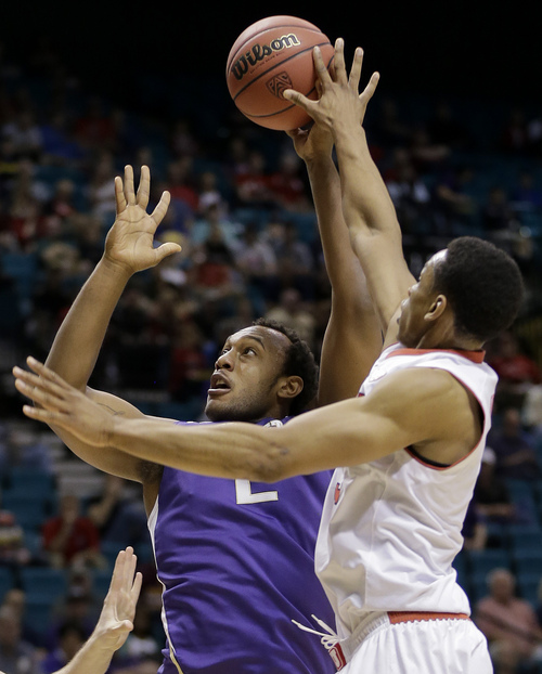 Washington's Perris Blackwell, left, shoots against Utah's Princeton Onwas in the first half of an NCAA Pac 12 conference tournament college basketball game, Wednesday, March 12, 2014, in Las Vegas. (AP Photo/Julie Jacobson)