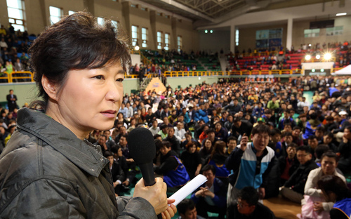 Yonhap, Do Kwang-hwan  |  The Associated Press South Korean President Park Geun-hye speaks during a meeting with parents whose children are now missing in Ship Sewol at a gymnasium in Jindo, South Korea, on Thursday. Fears rose Thursday for the fate of more than 280 passengers, many of them from a high school on a four-day trip, still missing more than 24 hours after their ferry flipped onto its side and filled with water off the southern coast of South Korea.
