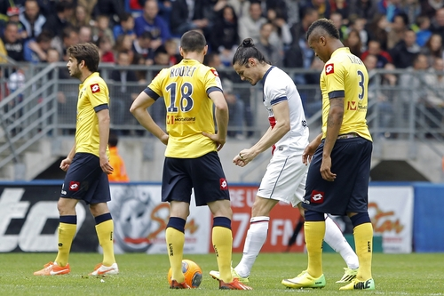 Paris Saint Germain's Edinson Roberto Cavani, second right, celebrates after he scored a goal against Sochaux during their French League One soccer match in Sochaux, eastern France, Sunday, April 27, 2014. (AP Photo/Laurent Cipriani)
