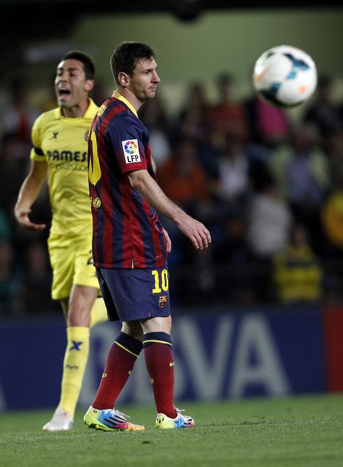Barcelona's  Lionel Messi reacts after Villarreal's Ruben Gracia 'Cani' scored during a Spanish La Liga soccer match at the Madrigal stadium in Villarreal, Spain, on Sunday, April 27, 2014. (AP Photo/Alberto Saiz)