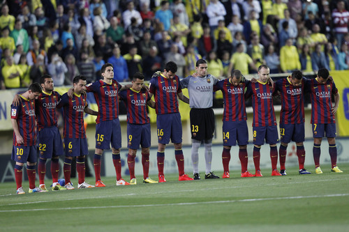 Barcelona players stand for a minute of silence for former Barcelona coach Tito Vilanova before a La Liga soccer match between Villarreal and  Barcelona in Villarreal on Sunday, April 27, 2014. Vilanova, the coach who succeeded Pep Guardiola at Barcelona and won the Spanish league title in his only season in charge, died Friday following a long battle with throat cancer. He was 45.(AP Photo/Alberto Saiz)