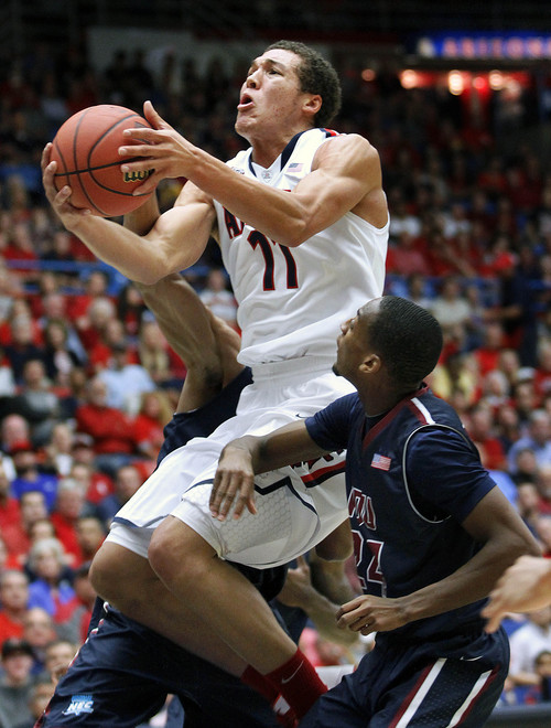 Arizona's Aaron Gordon (11) goes between the defense of Fairleigh Dickinson for two in the first half of an college NCAA basketball game, Monday, Nov. 18, 2013 in Tucson, Ariz. (AP Photo/John Miller)†