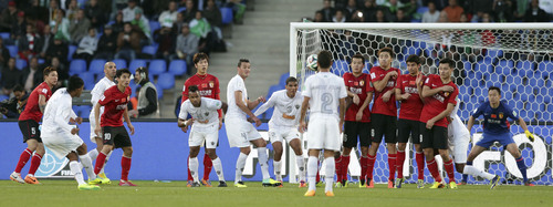 Atletico Mineiro's Ronaldinho, left, takes a free kick and scores his side's second goal during the third place soccer match between Guangzhou Evergrande FC and Atletico Mineiro at the Club World Cup tournament in Marrakech, Morocco, Saturday, Dec. 21, 2013. (AP Photo/Matthias Schrader)