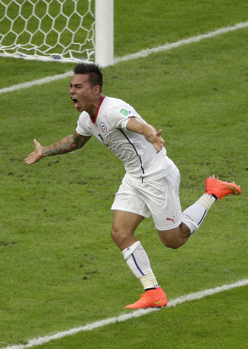 Chile's Eduardo Vargas celebrates scoring the opening goal during the group B World Cup soccer match between Spain and Chile at the Maracana Stadium in Rio de Janeiro, Brazil, Wednesday, June 18, 2014.  (AP Photo/Christophe Ena)