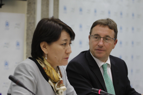 Achim Steiner, Executive Director of United Nations Environment Programme( UNEP), right,  and Sanjaasurengiin Oyuun, the Incoming President of the United Nations Environment Assembly during a press conference after the  opening of the United Nations Environment  Assembly (UNEA), in Nairobi, Kenya, Monday, June 23, 2014.(AP Photo/Khalil Senosi))