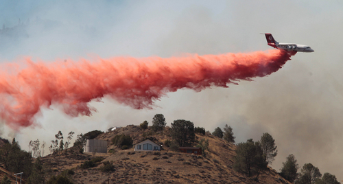 An air tanker makes a fire retardant drop on the Way Fire in Wofford Heights, Calif, Monday, Aug. 18, 2014. The fire in Wofford Heights near Lake Isabella has grown to about slightly more than 1 square mile, or 800 acres, the U.S. Forest Service said.  (AP Photo/The Bakersfield Californian, Casey Christie)  MANDATORY CREDIT; MAGS OUT; NO SALES; ONLINE OUT; TV OUT