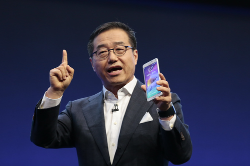 DJ Lee,  Executive Vice President of Samsung,  presents a Samsung Galaxy Note 4 during his keynote at an unpacked event of Samsung ahead of the consumer electronic fair IFA in Berlin, Wednesday, Sept. 3, 2014. (AP Photo/Markus Schreiber)