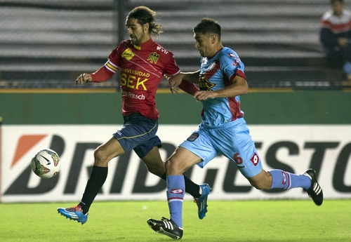 Argentina's Arsenal's Diego Braghieri, right, fights for the ball with Sebastian Jaime of Chile's Union Espanola during a Copa Libertadores soccer match in Buenos Aires, Argentina, Thursday, April 24, 2014. (AP Photo/Eduardo Di Baia)