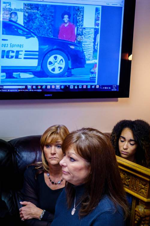 Trent Nelson     The Salt Lake Tribune Darrien Hunt's mother Susan Hunt, center, speaks at a press conference in Salt Lake City, Friday October 17, 2014. An autopsy report released Friday says Darrien Hunt was shot several times in the back by Saratoga Springs police officers chasing him. At left is Cindy Moss (Darrien's aunt) and at right, Aliya Hunt (Darrien's sister).