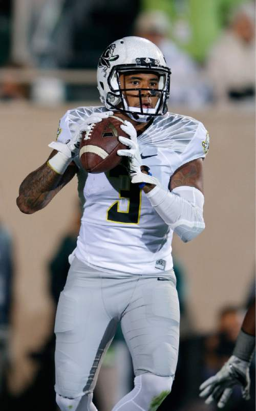 Oregon quarterback Vernon Adams Jr. looks to pass during the first quarter of an NCAA college football game against Michigan State, Saturday, Sept. 12, 2015, in East Lansing, Mich. (AP Photo/Al Goldis)