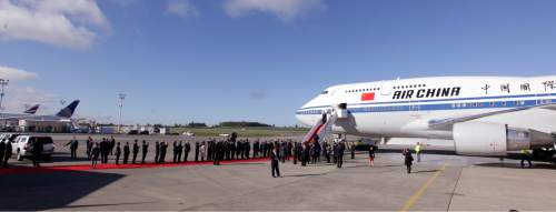 A line of dignitaries greet Chinese President Xi Jinping and first lady Peng Liyuan upon their arrival Tuesday, Sept. 22, 2015, at Boeing Field in Everett, Wash. Xi is spending three days in Seattle before traveling to Washington, D.C., for a White House state dinner on Friday. (AP Photo/Elaine Thompson)