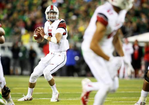 Utah quarterback Travis Wilson (7) looks to pass during the second half of an NCAA college football game against Oregon, Saturday, Sept. 26, 2015, in Eugene, Ore. (AP Photo/Ryan Kang)