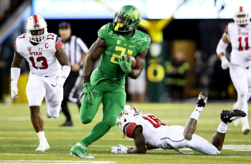 Oregon running back Royce Freeman (21) carries the ball during the second half of an NCAA college football game against Utah, Saturday, Sept. 26, 2015, in Eugene, Ore. (AP Photo/Ryan Kang)