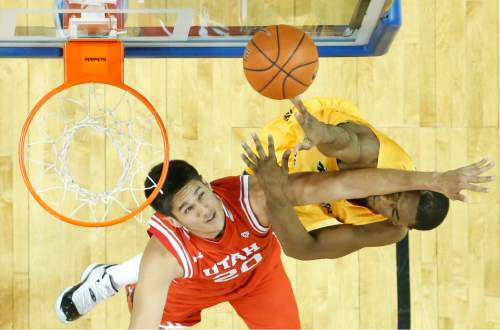 Wichita State forward Rashard Kelly, right, shoots against Utah forward Chris Reyes during the first half of an NCAA college basketball game, Saturday, Dec. 12, 2015 in Wichita, Kan. (Travis Heying/The Wichita Eagle via AP) LOCAL TELEVISION OUT; MAGS OUT; LOCAL RADIO OUT; LOCAL INTERNET OUT; MANDATORY CREDIT