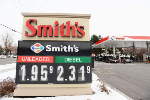 Steve Griffin     The Salt Lake Tribune  Motorists fill up their cars at the Smith's  gas station on 800 south and 900 east in Salt Lake City, Monday, December 28, 2015.