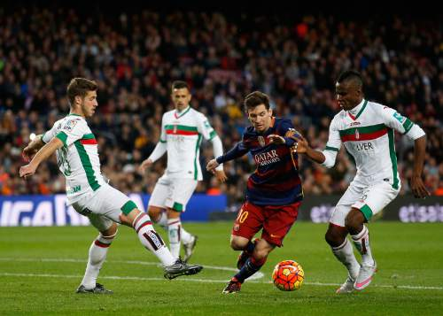 FC Barcelona's Lionel Messi, second right, duels for the ball against Granada's Thievy Bifoumaz, right, during a Spanish La Liga soccer match at the Camp Nou stadium in Barcelona, Spain, Saturday, Jan. 9, 2016. (AP Photo/Manu Fernandez)