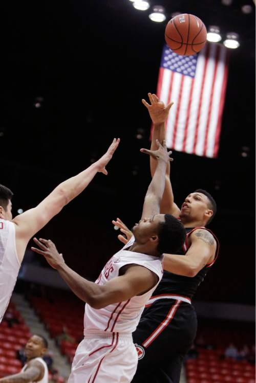 Utah's Jordan Loveridge shoots against Washington State's Que Johnson, center, and Conor Clifford during the first half of an NCAA college basketball game Thursday, Jan. 21, 2016, in Pullman, Wash. (AP Photo/Young Kwak)