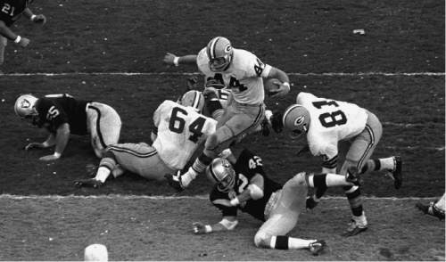 FILE -- Green Bay Packers Donny Anderson (44)  dashes into the end zone on a 2 yard run against Oakland in the third period of Super Bowl II in Miami, Fla., Jan. 14, 1968. Others shown are Oakland's Bill Laskey (42) and Packers Jerry Kramer (64) and  Marv Fleming (81). Green Bay won 33-14. (AP Photo/File)