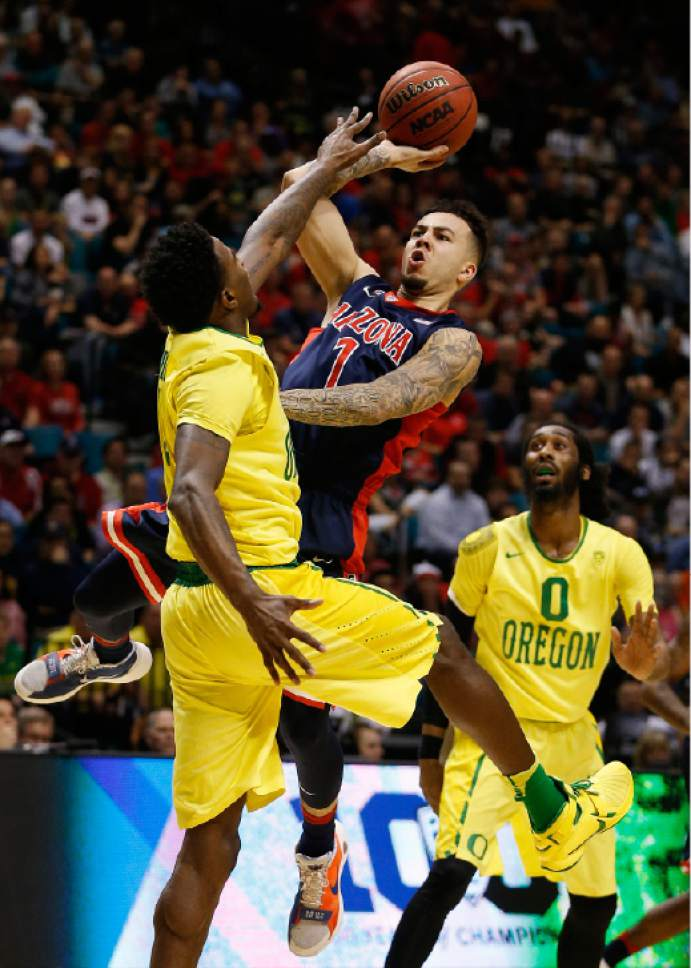 Arizona guard Gabe York shoots over Oregon forward Jordan Bell, left, during the first half of an NCAA college basketball game in the semifinal round of the Pac-12 men's tournament Friday, March 11, 2016, in Las Vegas. (AP Photo/John Locher)