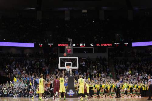 Oregon forward Elgin Cook (23) shoots a free throw in the last minute during the second half of a second-round men's college basketball game against Saint Joseph's in the NCAA Tournament in Spokane, Wash., Sunday, March 20, 2016. Oregon won 69-64. (AP Photo/Young Kwak)