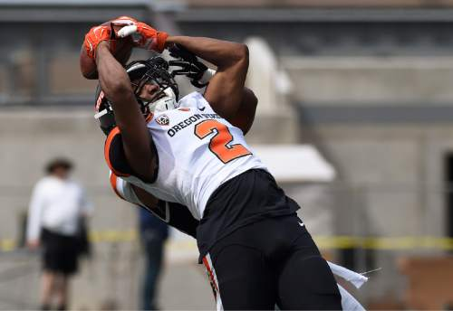 Oregon State wide receiver Hunter Jarmon (2) is unable to hang on to the ball during an NCAA college spring football game, on Saturday, April 16, 2016 in Corvallis, Ore. (Godofredo Vasquez/The Corvallis Gazette-Times via AP) MANDATORY CREDIT