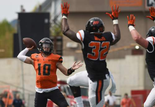 Oregon State quarterback Darell Garretson (10) throws the ball over linebacker Jonathan Willis (32) during an NCAA college spring football game, on Saturday, April 16, 2016 in Corvallis, Ore. (Godofredo Vasquez/The Corvallis Gazette-Times via AP) MANDATORY CREDIT