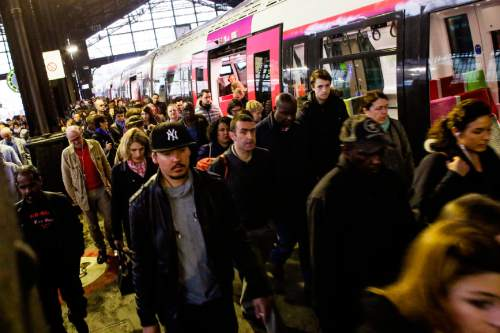A crowd of commuters arrive by an operating train at the Gare Saint Lazare train station in Paris, Thursday, June 2, 2016. Workers at the SNCF national rail authority, whose train service will be crucial to Euro 2016 spectators, are on an open-ended strike to protest their working conditions and a controversial government labor reform. (AP Photo/Markus Schreiber)