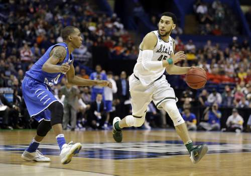 Michigan State's Denzel Valentine, right, looks to the basket as Middle Tennessee's Jaqawn Raymond defends during the second half in a first-round men's college basketball game in the NCAA tournament, Friday, March 18, 2016, in St. Louis. Middle Tennessee won 90-81. (AP Photo/Jeff Roberson)