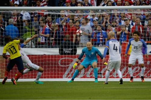 United States goalkeeper Brad Guzan, center, watches the ball during a Copa America Centenario quarterfinal soccer match against Ecuador, Thursday, June 16, 2016 at CenturyLink Field in Seattle. United States won 2-1. (AP Photo/Ted S. Warren)