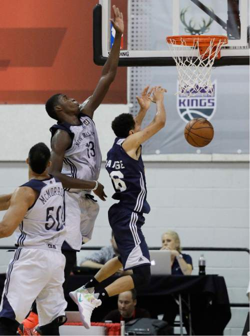 New Orleans Pelicans' Cheick Diallo guards Utah Jazz's Tyrone Wallace, right, during the second half of an NBA summer league basketball game, Sunday, July 10, 2016, in Las Vegas. (AP Photo/John Locher)