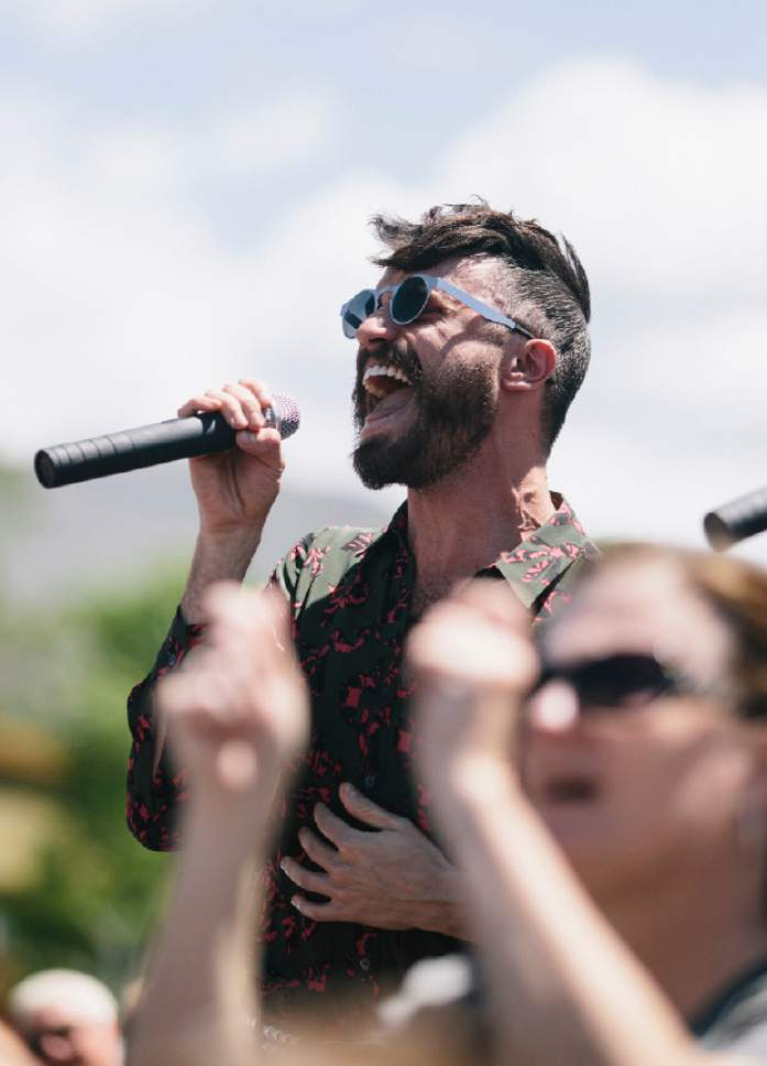 Are the drummer and singer of neon trees dating after divorce