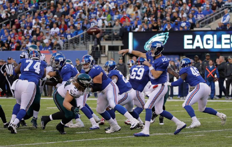 467011faa New York Giants quarterback Eli Manning (10) throws against the Philadelphia  Eagles during the