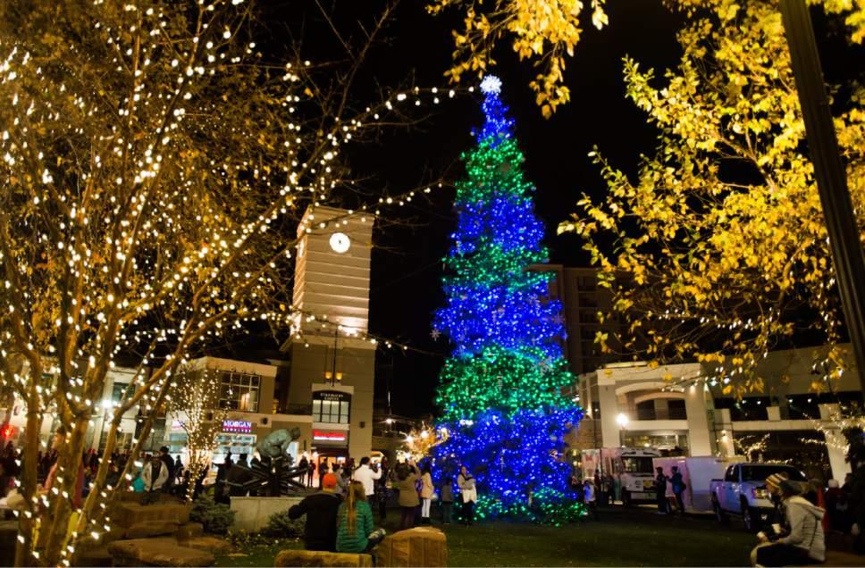 Gateway Mall lights 62-foot Christmas tree - The Salt Lake Tribune