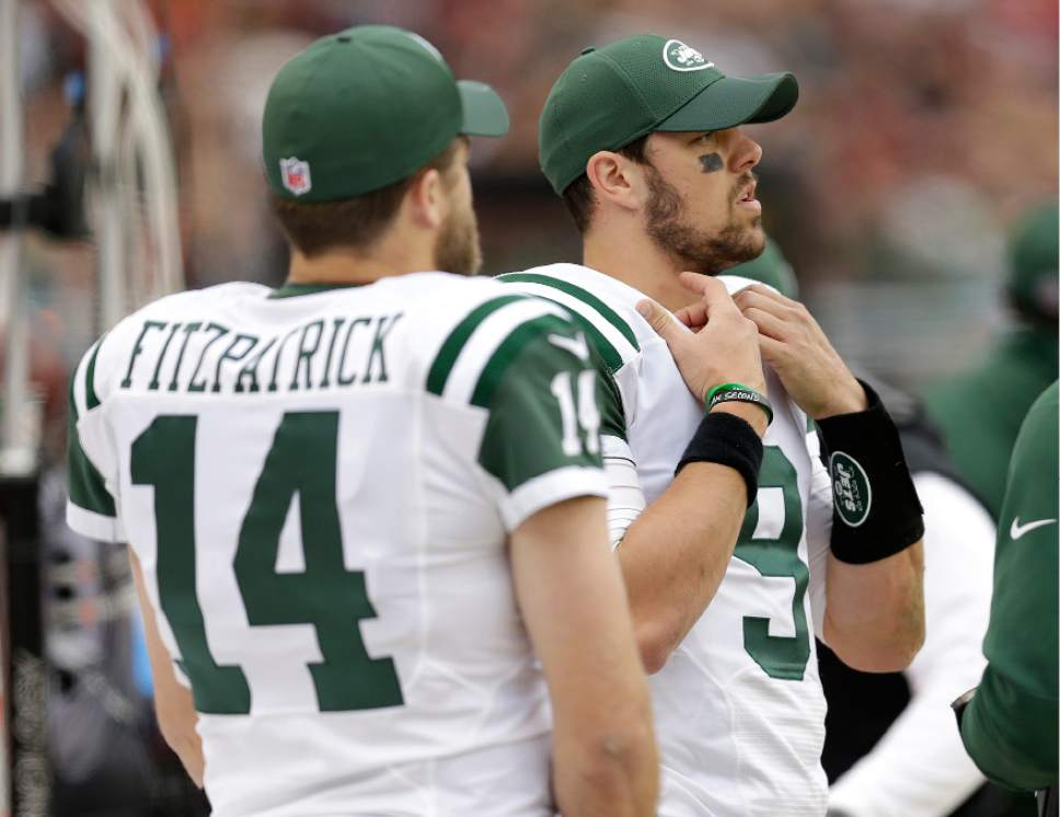 d95e2c384 New York Jets quarterbacks Bryce Petty (9) and Ryan Fitzpatrick (14) stand