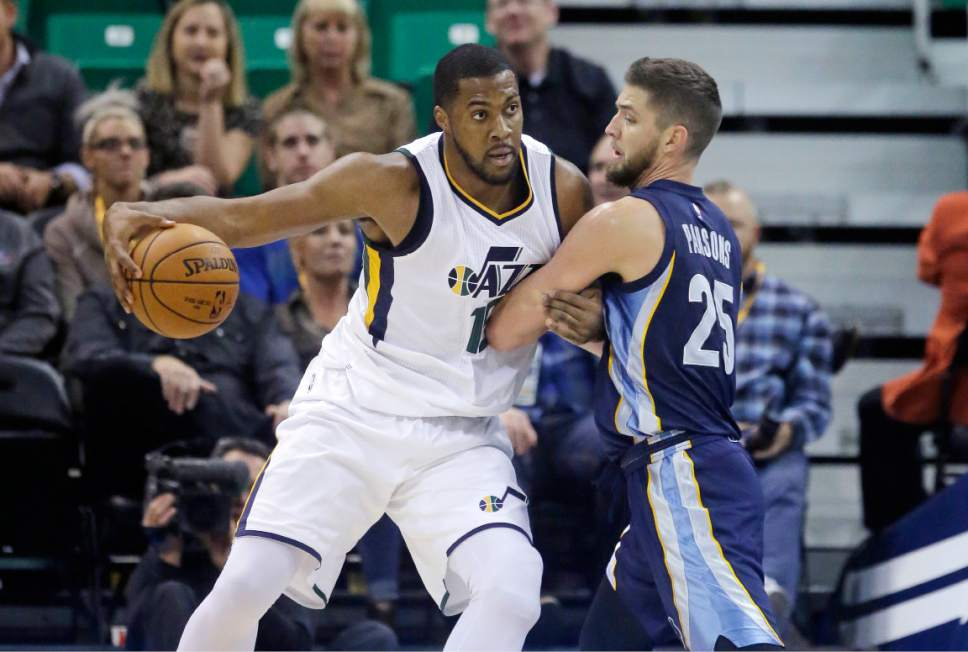 Memphis Grizzlies forward Chandler Parsons (25) guards Utah Jazz forward Derrick Favors, left, in the first half during an NBA basketball game Monday, Nov. 14, 2016, in Salt Lake City. (AP Photo/Rick Bowmer)