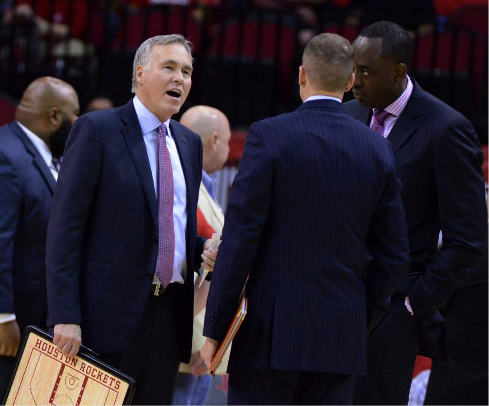 d2cb457d9207 Houston Rockets head coach Mike D Antoni talks with his assistants in the first  half