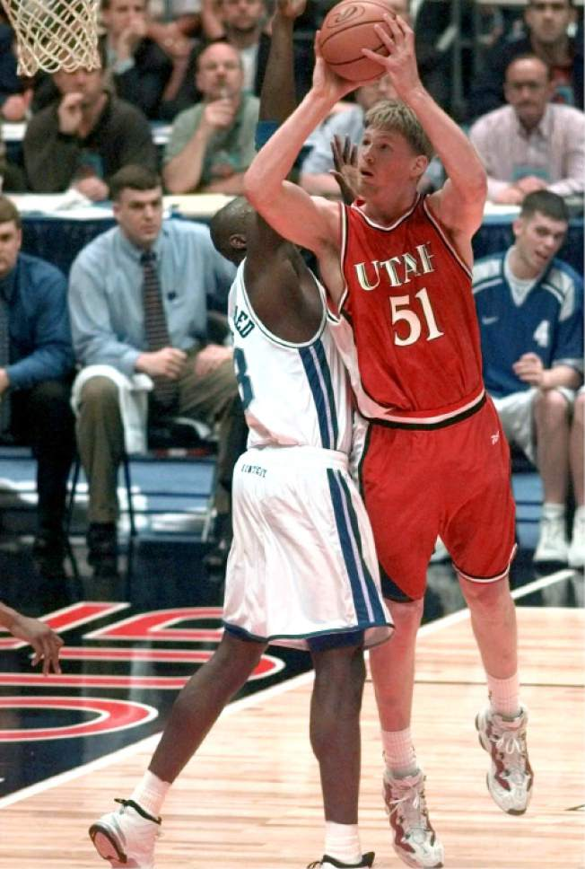 Utah's Michael Doleac (51) shoots over the defense of Kentucky's Nazir Mohammed in the first half of the  NCAA Men's Final Four Championship game,  Monday, March 30, 1998, at the Alamodome in San Antonio.  (AP Photo/LM Otero)