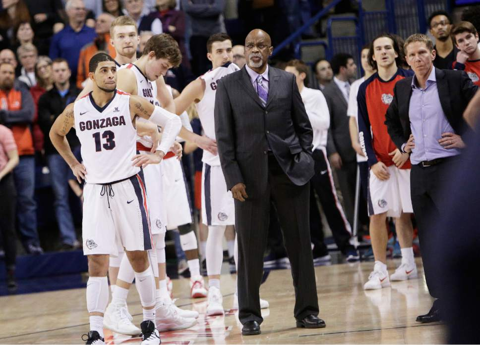From left to right. Gonzaga's Josh Perkins, Domantas Sabonis, Kyle Wiltjer, Kyle Dranginis, assistant coach Donny Daniels and head coach Mark Few look on toward the end of regulation during the second half of an NCAA college basketball game against BYU, Thursday, Jan. 14, 2016, in Spokane, Wash. BYU won 69-68. (AP Photo/Young Kwak)
