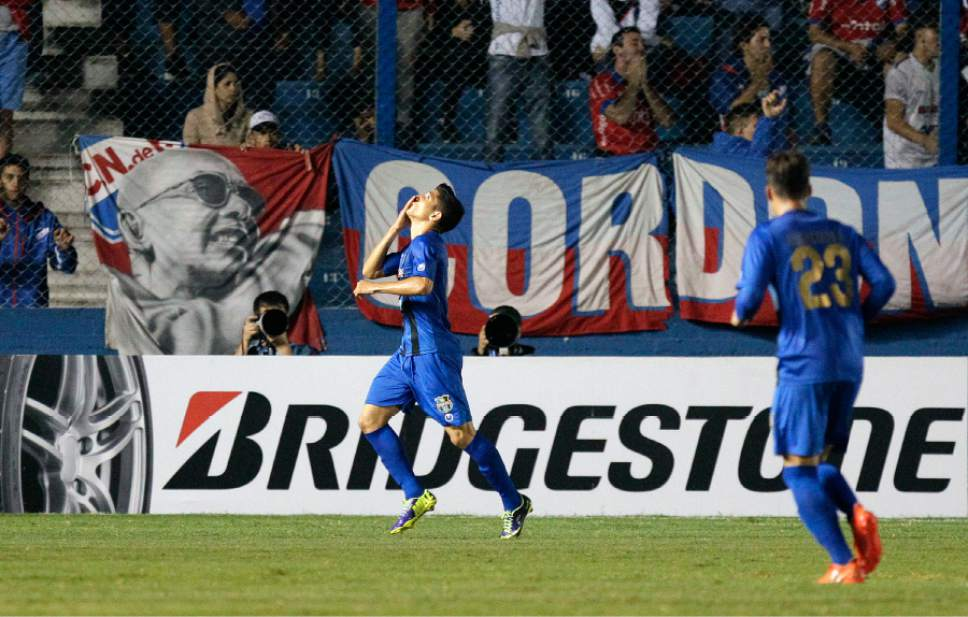 Jefferson Savarino of Venezuela's Zulia celebrates his goal against of Uruguay's Nacional at a Copa Libertadores soccer match in Montevideo, Uruguay, Wednesday, March 15, 2017. (AP Photo/Matilde Campodonico)