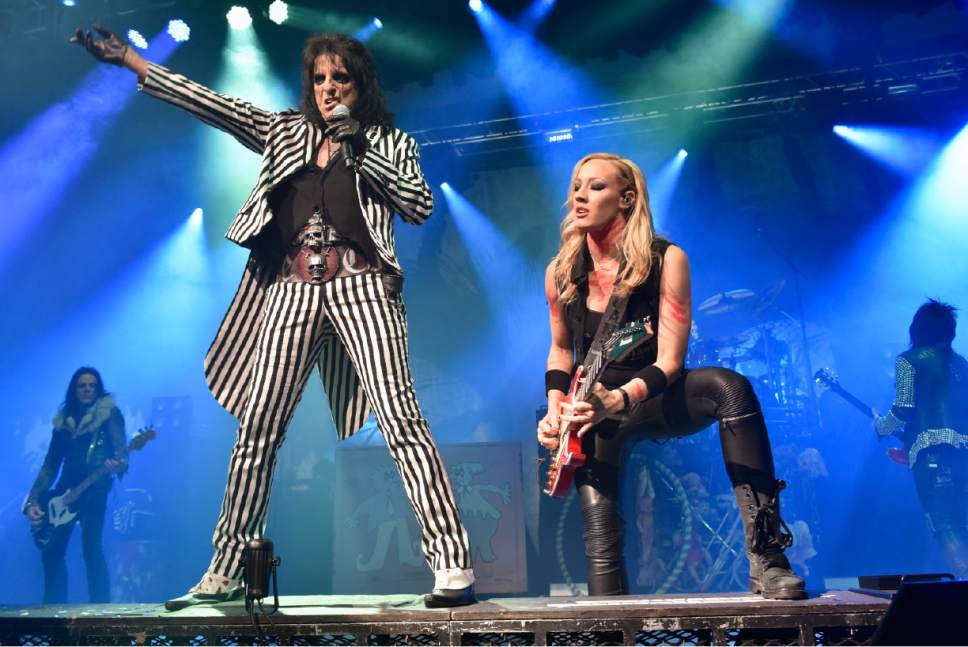 alice cooper performs with nita strauss during the an evening with alice cooper tour at star. Black Bedroom Furniture Sets. Home Design Ideas