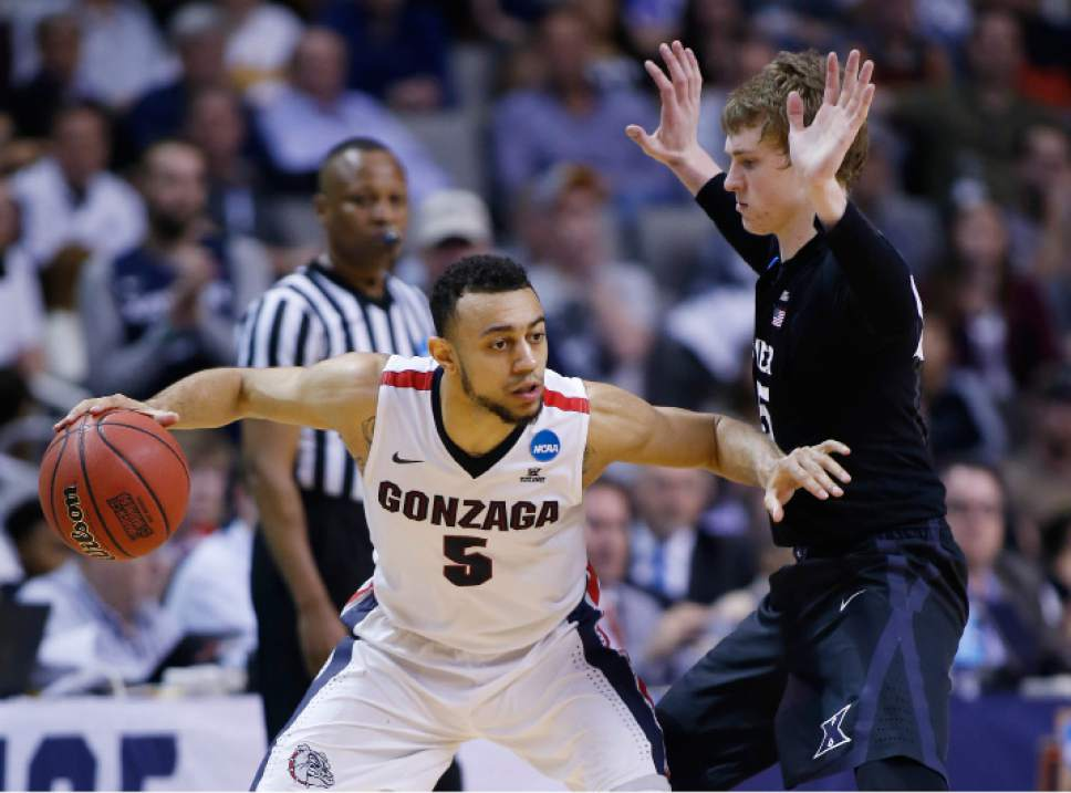 Gonzaga guard Nigel Williams-Goss (5) is defended by Xavier guard J.P. Macura during the second half of an NCAA Tournament college basketball regional final game Saturday, March 25, 2017, in San Jose, Calif. (AP Photo/Tony Avelar)