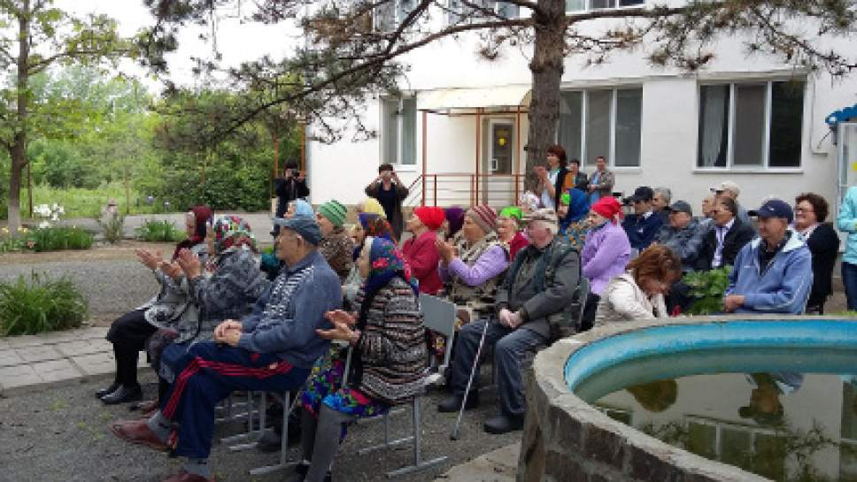 photo courtesy LDS Church Church members help the elderly during an activity in Russia.