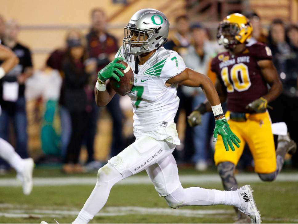 Oregon's Darren Carrington (7) beats Arizona State's Kweishi Brown (10) to the end zone for a touchdown during the first half of an NCAA college football game Thursday, Oct. 29, 2015, in Tempe, Ariz. (AP Photo/Ross D. Franklin)