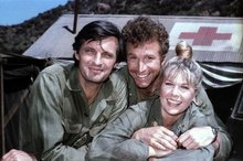 Wayne Rogers with Alan Alda and Loretta Swit in a publicity still from M*A*S*H in 1976.