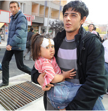 A man carries an injured child in the city of Van after a powerful earthquake struck eastern Turkey Sunday Oct. 23, 2011, collapsing some buildings and causing a number of deaths, an official said. ( AP Photo/ Abdurrahman Antakyali, Aatolia) TURKEY OUT