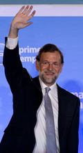 Conservative Popular Party candidate Mariano Rajoy waves after winning the general elections in Madrid, Sunday, Nov, 20, 2011. (AP Photo/Paul White)