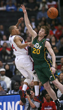 Los Angeles Clippers' guard Randy Foye, left, makes a pass as he is defended by Utah Jazz's forward Gordon Hayward during the first half of a NBA basketball game in Los Angeles, Saturday, March 31, 2012.  (AP Photo/Ringo H.W. Chiu)