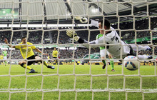 Dortmund's Robert Lewandowski of Poland, left, scores his side's first goal against Wolfsburg's goalkeeper Diego Benaglio of Switzerland, right, during the German first division Bundesliga soccer match between VfL Wolfsburg and Borussia Dortmund in Wolfsburg, Germany, Saturday, April 7, 2012. (AP Photo/Gero Breloer)   NO MOBILE USE UNTIL 2 HOURS AFTER THE MATCH, WEBSITE USERS ARE OBLIGED TO COMPLY WITH DFL-RESTRICTIONS, SEE INSTRUCTIONS FOR DETAILS
