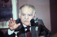 FILE - In this April 10, 1989 file photo, Israeli Prime Minister Yitzhak Shamir gestures during a news conference in Chicago. Shamir detailed some of the issues he discussed last week in his meeting with President Bush and Secretary of State James Baker III. Shamir was wrapping up a weekend visit to Chicago. Israeli media are reporting that former Prime Minister Yitzhak Shamir has died. He was 96. Israeli Prime Minister Benjamin Netnayhau mourned Shamir's death Saturday, saying in a statement that Shamir
