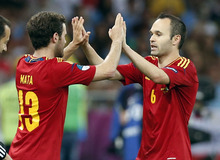 Spain's Juan Mata, left, replaces Andres Iniesta during the Euro 2012 soccer championship final  between Spain and Italy in Kiev, Ukraine, Sunday, July 1, 2012. Spain won 4-0. (AP Photo/Jon Super)
